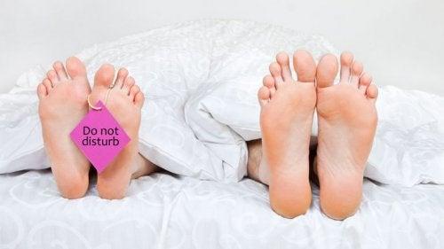 Γυναικεία και ανδρικά πέλματα στο κρεβάτι