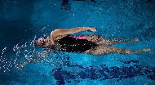 γυναίκα που κολυμπά