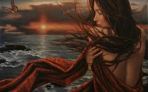 Γυναίκα στο ηλιοβασίλεμα πλάι στη θάλασσα