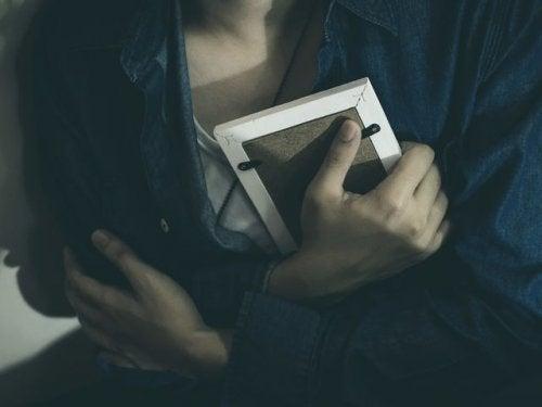 Γυναίκα αγκαλιάζει φωτογραφία