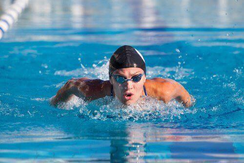 άνδρας που κολυμπά