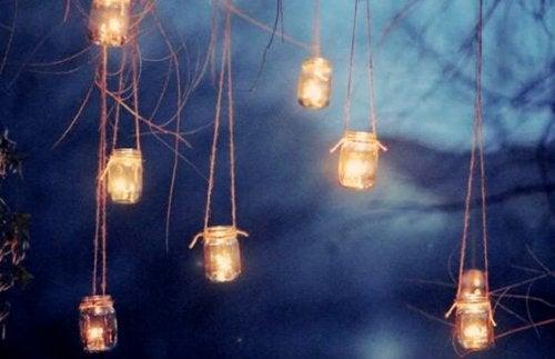 Λάμπες κεριών μέσα στη νύχτα