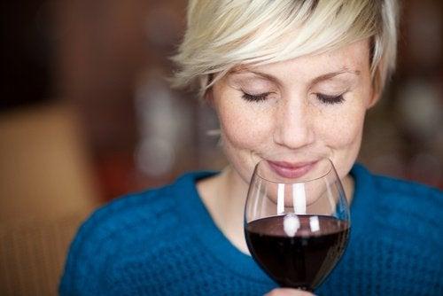 Γυναίκα πίνει κόκκινο κρασί