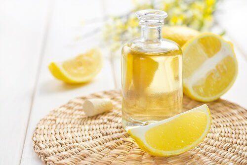 Λεμόνια και έλαιο λεμονιού σε μπουκάλι