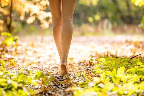 Πάσχετε από ενδομητρίωση - Γυναίκα περπατά ξυπόλητη