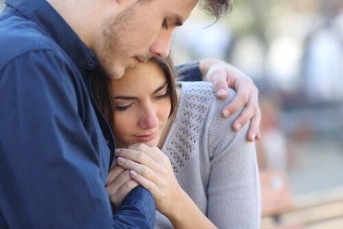 ζευγάρι, αγκαλιά- συναισθηματική στέρηση.
