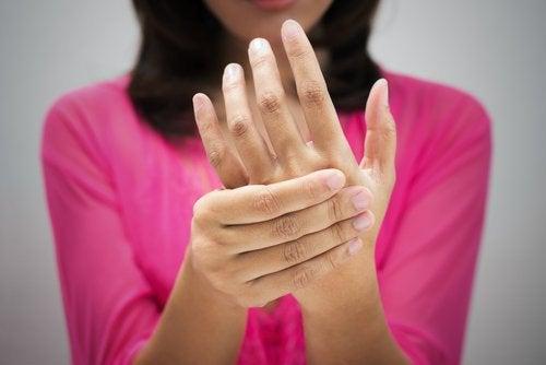 γυναίκα, χέρια- συμπτώματα υψηλής χοληστερόλης
