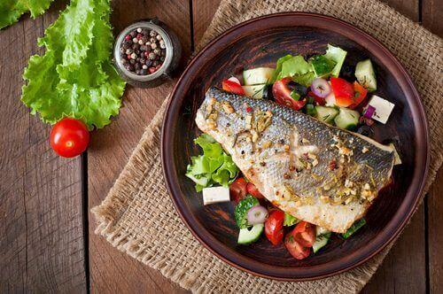 Ψάρι με λαχανικά σε πιάτο
