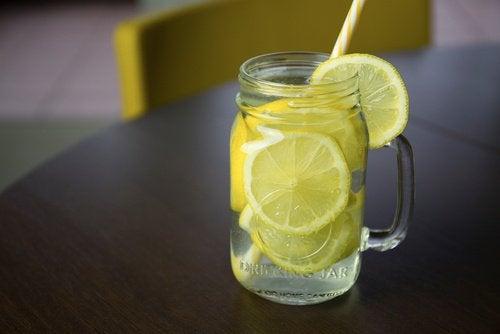 Πίνετε νερό με λεμόνι για πρωινό- λιποδιαλυτικά ροφήματα