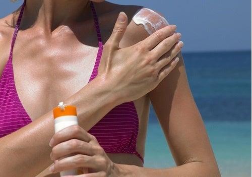 Πεσμένο στήθος - Γυναίκα βάζει αντηλιακό