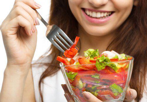 Επιτάχυνση του αργού μεταβολισμού - Γυναίκα τρώει σαλάτα