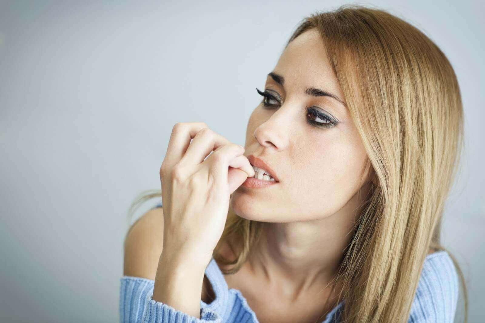 Γυναίκα δαγκώνει τα νύχια της, ωφέλειες της ζούμπα