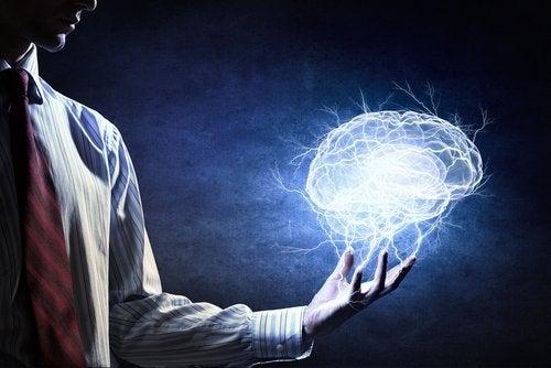 Άντρας με νοερό εγκέφαλο στο χέρι