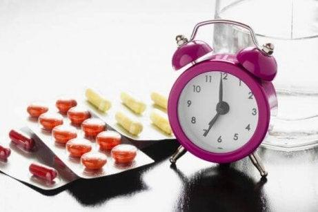 νευραλγία τριδύμου Χάπια πλάι σε ρολόι