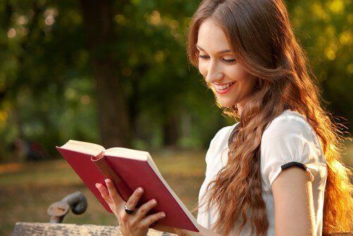 Γυναίκα διαβάζει