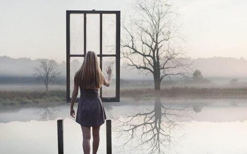 Γυναίκα και παράθυρο σε λίμνη