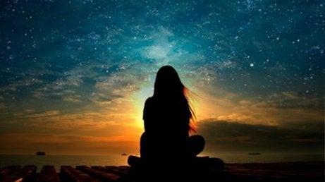 Γυναίκα κοιτάει το ηλιοβασίλεμα ειλικρινείς άνθρωποι
