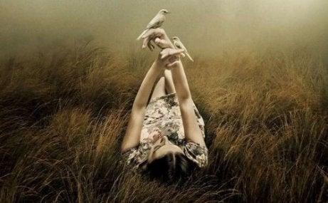 Γυναίκα ξαπλώνει στο γρασίδι ειλικρινείς άνθρωποι