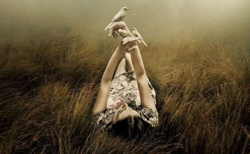 Γυναίκα ξαπλώνει στο γρασίδι