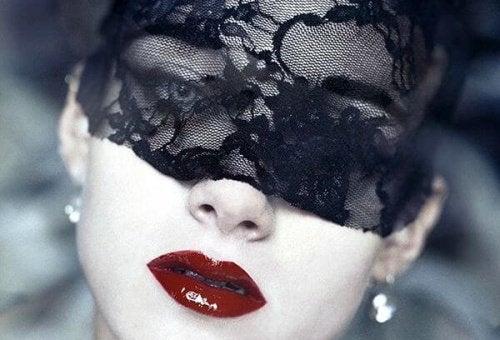 κανόνες της ζωής Γυναίκα με μάσκα