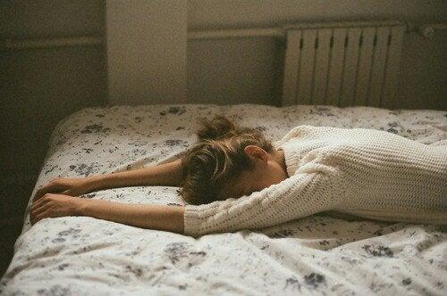 Γυναίκα κλαίει μπρούμυτα στο κρεβάτι η σημασία του κλάματος