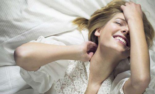 Γυναίκα στο κρεβάτι- γυναικεία αυτοϊκανοποίηση