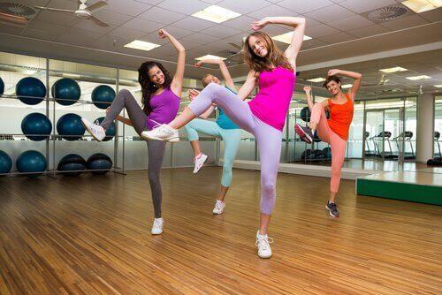 Γυναίκες που χορεύουν ζούμπα