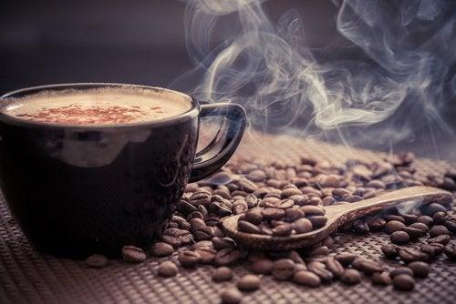 Φλιτζάνι με αχνιστό καφέ