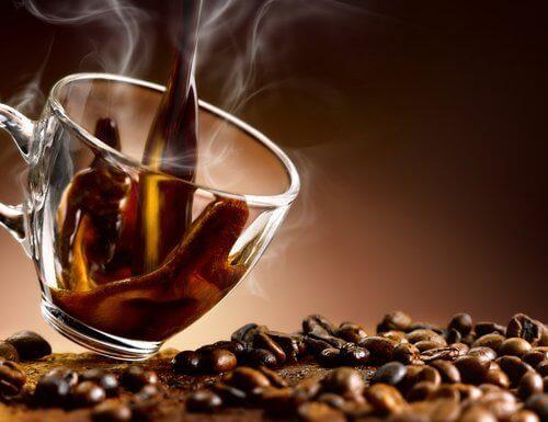 αποφύγετε την αύξηση βάρους Φλιτζάνι με αχνιστό καφέ