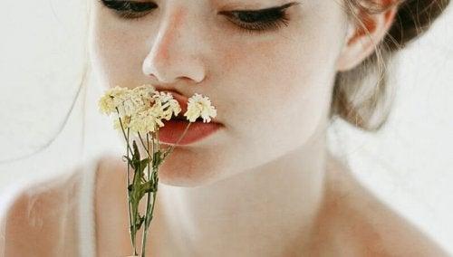 γυναίκα, λουλούδι- συναισθηματική στέρηση.