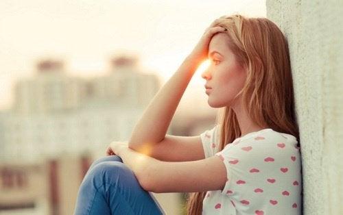 Σκεφτική γυναίκα- όργανα και τα συναισθήματα