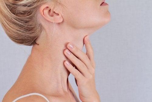 Γυναίκα που αγγίζει τον λαιμό της καταπολέμηση της δυσκοιλιότητας.
