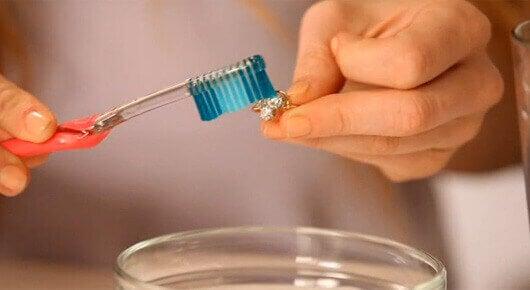 οδοντόκρεμα για να καθαρίσετε τα ασημικά