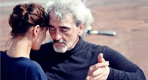 Η αγάπη χρόνια δεν κοιτά - Ηλικιωμένος άνδρας χορεύει