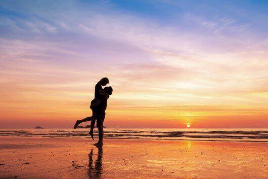Η αγάπη χρόνια δεν κοιτά - Ζευγάρι στο ηλιοβασίλεμα
