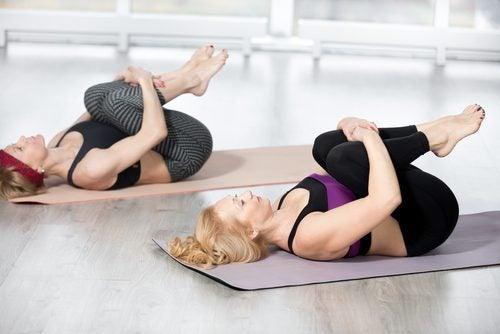 εναλλακτικές ασκήσεις γυναίκες που κάνουν έλξεις γονάτων