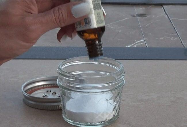 Καθαρά μαξιλάρια - Μαγειρική σόδα σε μπολ και έλαιο τεϊόδεντρου