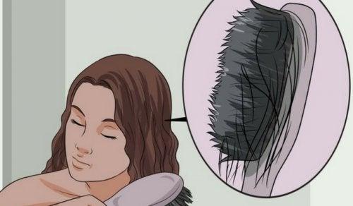 Οι αιτίες της αραίωσης των μαλλιών και πώς θα τις σταματήσετε