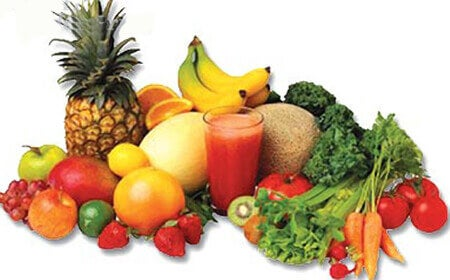 κατανάλωση διουρητικών τροφών για να απαλλαγείτε από την κατακράτηση υγρών