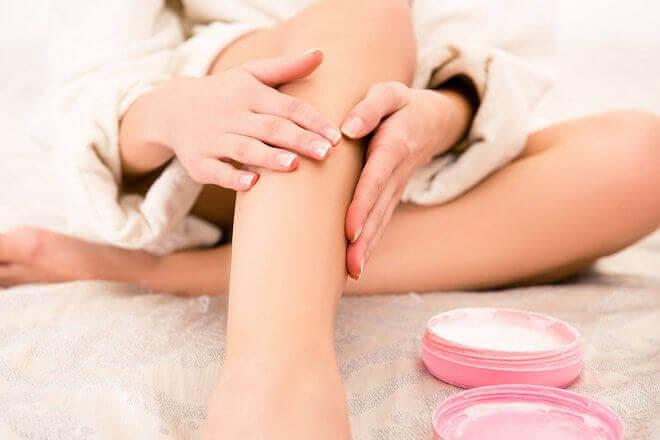 εφαρμογή κρέμας για θεραπεία πόνων στα πόδια, λάδι μαγνησίου