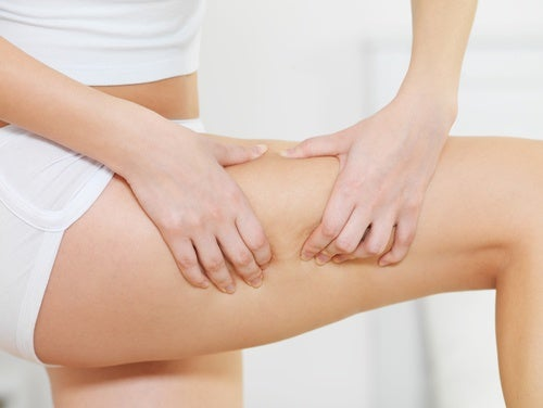 Χυμός λιναρόσπορου - Γυναικείο πόδι με κυτταρίτιδα