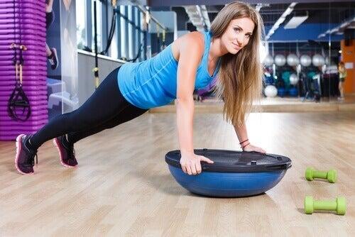 εναλλακτικές ασκήσεις γυναίκα που κάνει πους απς με μπάλα