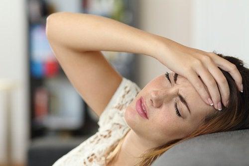 προσανατολισμός κρεβατιού στις αιτίες για τους πρωινούς πονοκεφάλους