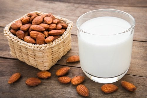 Γάλα αμυγδάλου για πιο παχιά φρύδια