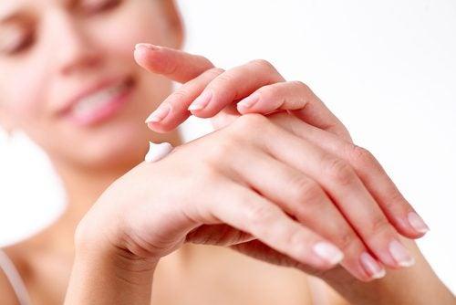 Χρησιμοποιήστε ενυδατικές κρέμες για βελούδινα χέρια