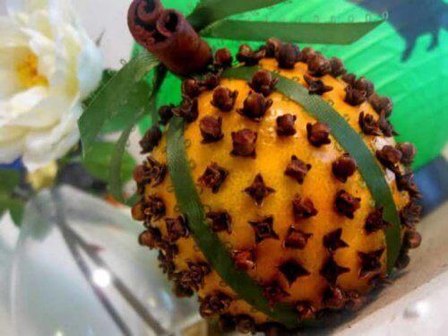 γαρίφαλα τοποθετημένα σε πορτοκάλι