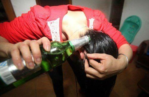 Γυναίκα λούζετε με μπύρα