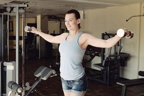 Δυνατά χέρια - Γυναίκα κάνει ασκήσεις με αλτήρες