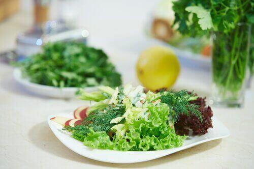 σαλάτα με μαρούλι τρόφιμα που δεν είναι τόσο υγιεινά όσο νομίζετε