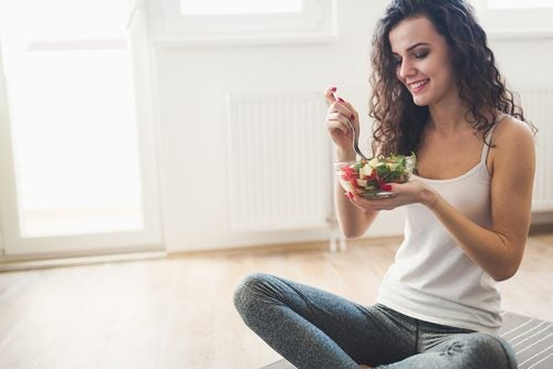 Πεντανόστιμη σαλάτα - Γυναίκα τρώει σαλάτα